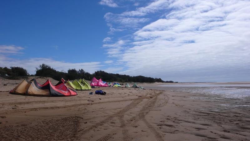 leider mangelts etwas an Wind so daß die Kites die meiste Zeit am Strand ruhen