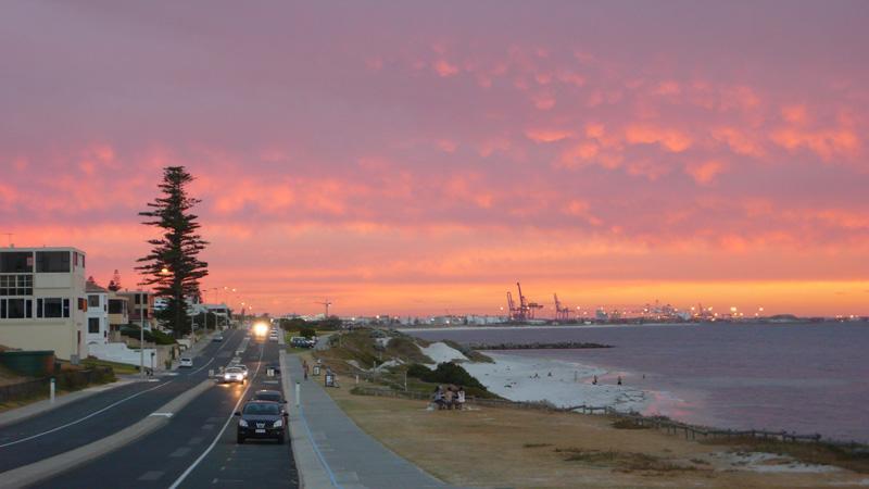 Sunset in Cottesloe mit Blick auf den Hafen in Fremantle