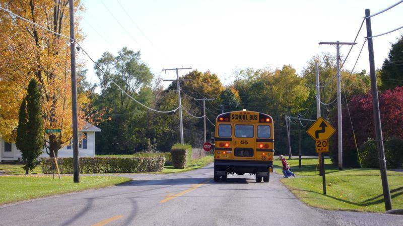 Schulbus mit ausklappbarem Stopschild